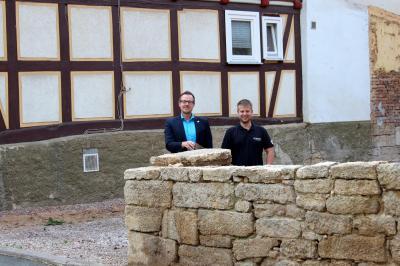 Platz für Neues: Oliver Stauffenberg aus Ulfen nutzte das Förderprogramm der Stadt Sontra zum Erwerb und Abbruch von Altbauten, um notwendige Parkflächen für neue und frisch sanierte Wohneinheiten in unmittelbarer Nähe zu schaffen.