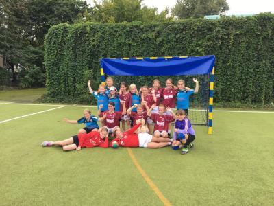 Foto zur Meldung: E-Jugend des HSV Falkensee verteidigt Pokal in Charlottenburg