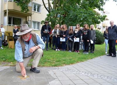 An der Ecke Freiburger Straße/Bernauer Straße erinnern jetzt drei Stolpersteine an die jüdische Familie Baerwald.