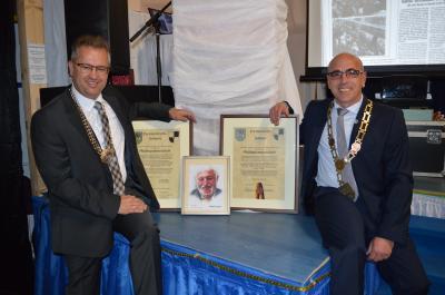 Die beiden Bürgermeister Martin Dannhäußer und René Hartnauer mit den Urkunden und einem Bild des ehemaligen Creußener Bürgermeisters Klaus Gendrisch, dem Initiatior der Städtepartnerschaft
