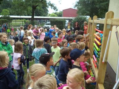 Die Musik- und Klangecke wurde unter viel Begeisterung zum Sommerfest eröffnet.
