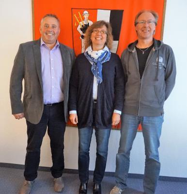Bild von links: Erster Bürgermeister Stefan Busch, Tanja Wohlfahrt,  Personalratsvorsitzender Michael Munzert