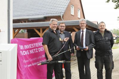 Foto zur Meldung: VDSL-Ausbau in Velpke - Samtgemeindebürgermeister Rüdiger Fricke und Bürgermeister Mark Kreutzberg besuchen Baustelle