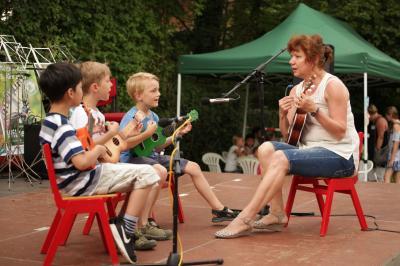 Alina Engelhardt mit Ukulelenkinder beim Schulfestauftritt Juli 2017
