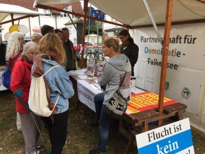 Am Rande des Stadt- und Feuerwehrfestes fand die Kunstmeile statt, in deren Herzen die Partnerschaft für Demokratie Falkensee ein Demokratieforum organisierte.