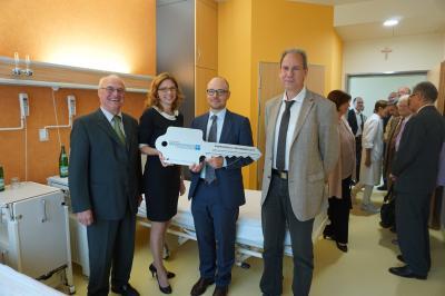 Von links: Rolf-Peter Leonhardt (Verwaltungsratsvorsitzender), Sabine Bätzing-Lichtenthäler (Gesundheitsministerin), Thomas Schulz (Geschäftsführer), Michael Hamm (Architekt)