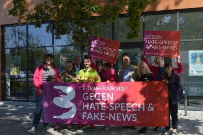 """Das B-Team lud zum Austausch vor der Stadthalle. Auch Bürgermeister Heiko Müller setzte ein Zeichen """"Gegen Hate-Speech & Fake-News!""""."""