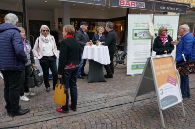 Intensive Gespräche am Stand des Hospizvereins auf dem Städtlesmarkt (Foto:  Günther peternek )