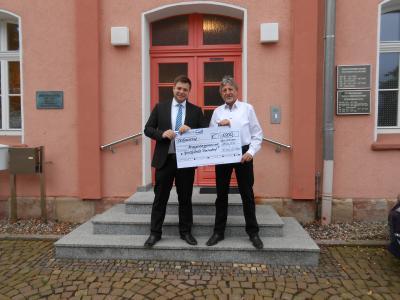 Foto zur Meldung: Scheck überreicht: VR-Bank spendet 1000 Euro für neuen Spielplatz in Dorndorf