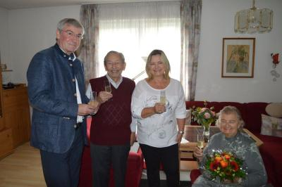Bürgermeister Heiko Müller beglückwunschte Monika und Eugen Kundorf zur Eisernen Hochzeit. Tochter Verita freute sich mit dem Paar.