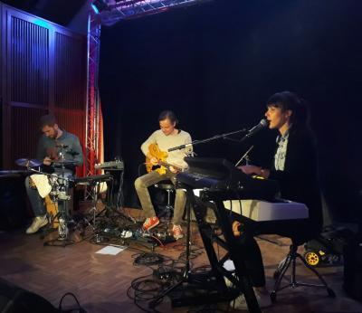 Das Debby Smith Trio verzauberte uns mit großer Musik, großer Stimme und ganz viel Emotion. Jubel, Standing Ovations und ganz viel Applaus kam zurück. Ja, es hat uns gefallen. Kommt wieder!