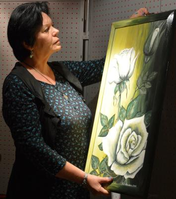 Brigitte Lobenstein beim Aufhängen ihrer Gemälde im Rathaus. I Foto: Christiane Schomaker