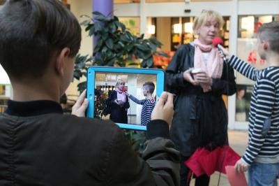 Für ihr Projekt befragten die Schülerinnen und Schüler Passanten und Passantinnen in Falkensee zu ihrer Meinung und erarbeitetet einen Kurzfilm. (Foto: Johannes Kreye, Schlaglicht e.V.)