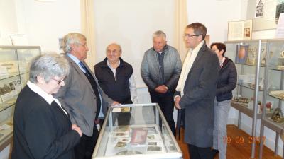 Besuchten das Judaica-Museum: Regierungspräsident Dr. Lübcke (2.v.l.), Karl Honikel (3.v.l.) und Landrat Dr. Koch (2.v.r.)