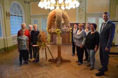 Foto zur Meldung: Muckwarer Erntekronen sind ab sofort im Senftenberger Kreishaus zu bewundern