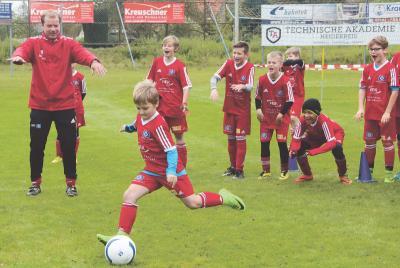 """Foto zur Meldung: HSV Fussballschule  - Fußball-Kids bringen den """"Dino"""" ins Wanken"""
