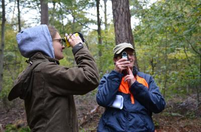 Forstsachverständiger Paul Gerlach vermisst zusammen mit seiner Helferin Christin Müller-Lisa die Bäume im Gemeindewald des Marktes Triefenstein.