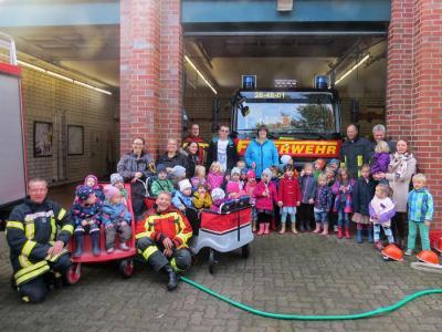 Mädchen und Jungen des Kindergartens zu Besuch bei der Feuerwehr Seester