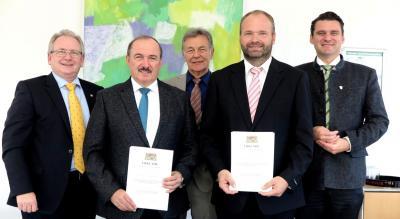 v.l.n.r.: 1. Bürgermeister Richard Stabl, Franz Singerer, MdL Joachim Hanisch, Johann Bollwein, Landrat Thomas Ebeling Foto: Hirsch