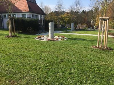 Foto zur Meldung: Pfarrer Johann Trescher weiht neue Urnengrabanlagen im Friedhof Bodenwöhr