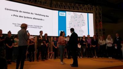 Samantha wird von der französischen Botschafterin aufgerufen und bekommt ihre Urkunde aus den Händen des Hess. Kultusministers Prof. Dr. Lorz