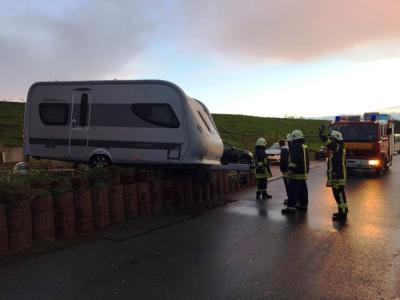 Einsatz am Seesteraudeich: Ein Wohnwagen drohte im Sturm umzustürzen (Fot: Leon Stieler)