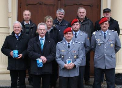 Sie waren am 1. November in Demmin mit der Sammelbüchse unterwegs: Vertreter der Hansestadt, des Volksbundes, der Bundeswehr und des Reservistenverbandes.
