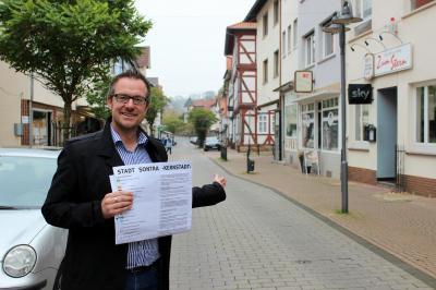 Bürgermeister Thomas Eckhardt zeigt, worum es geht: Die Sontraer Innenstadt stärken!