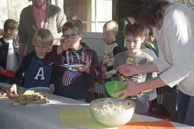 Foto zur Meldung: Viele Köche bereiten leckeres Pausenbuffet zu