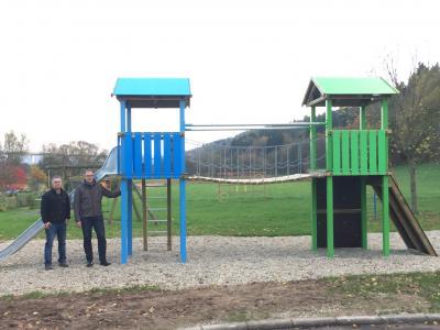 von links Bauamtsleiter Heiko Reuber, Bürgermeister Thomas Rohrbach auf dem Spielplatz in Kleba