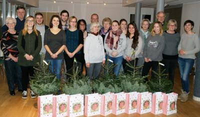 Auf dem Bild sind die Freiwilligen der Tannenbäumchen-Aktion vom Dezember 2016 mit Beschäftigten der Freiwilligenagentur Maintal Aktiv zu sehen.
