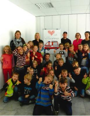 Foto zur Meldung: Kinder der Marienkäferschule essen in den Räumen der Feuerwehr zu Mittag