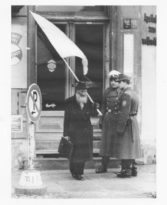 Der Schweizer Friedensaktivist Max Daetwyler, 1962 am Checkpoint Charly, Berlin / Foto: Archiv.Berliner-Mauer