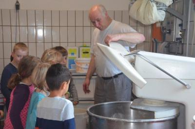 Foto zu Meldung: Die Klasse 1b in der Bäckerei