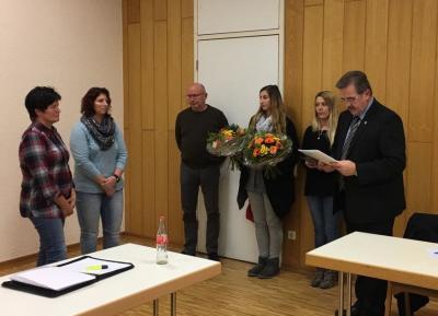 Bürgermeister Stefan Gensler (rechts) sowie Achim Pfromm, Sarah Andrikoglou und Stefanie Roth vom Personalrat (Mitte) gratulieren Frau Carola Mannel und Claudia Schade