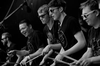 """© Uwe Hauth -  Das Ensemble """"Trommelfieber"""" der Kreismusikschule TF begeisterte mit mitreißenden Rhythmen und brachte die Zuschauermenge zum Kochen"""