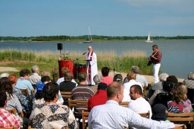 Gottesdienst an der Schlei: Pastor Witold Chwastek spielt dazu auf den Bongos, Dr. Rolf Wichterich begleitete ihn mit der Gitarre.