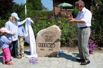 Foto zur Meldung: Der Stexwig-Stein wird enthüllt.