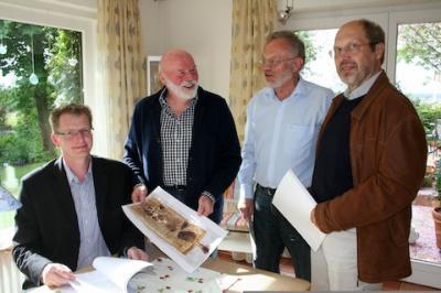 Manfred Tönsing überreicht den Bürgermeistern die Übersetzung des Historikers Joachim Wibbing.