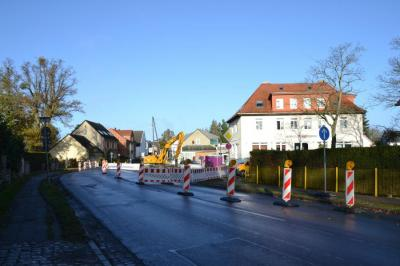 Auf Grund der festgestellten massiven Schäden am Regenwasserkanal in der Falkenhagener Straße (L 201) zwischen der Kreuzung Marwitzer Straße und der Rathauskreuzung finden seit dem 13. November Sanierungsarbeiten statt.