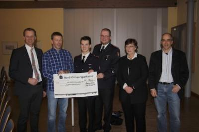 Foto zu Meldung: CDU Ortsverband übergibt Spende an die Jugendfeuerwehr