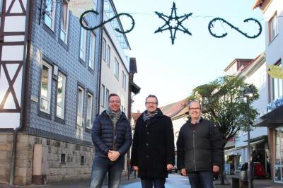Freuen sich gemeinsam über die neue Weihnachtsbeleuchtung - von links: Michael Hobbie (ASH), Thomas Eckhardt (Bürgermeister) und Joachim Lindemann (ASH)