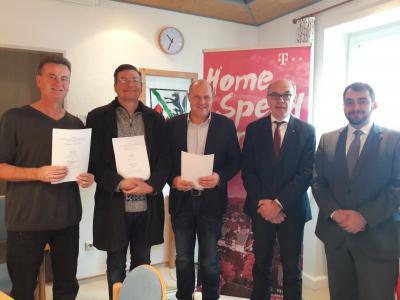 Auf dem Bild:  Bgm. Hermann Gromer, Bgm. Reinhard Dorn, Bgm. Franz Abele, Herr Hanneder und Herr Braun von der dt. Telekom.