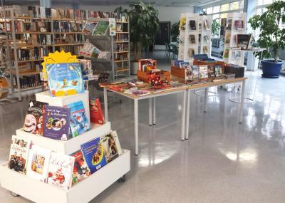 Die Weihnachts-Medien in der Bücherei Bischofsheim warten auf interessierte Leserinnen und Leser