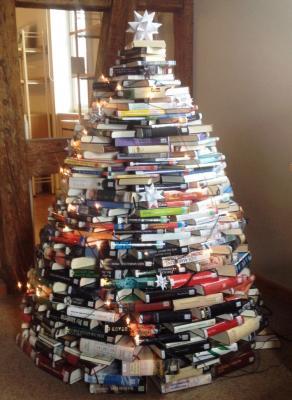 Vorschaubild zur Meldung: Ein Weihnachtsbaum aus Büchern...