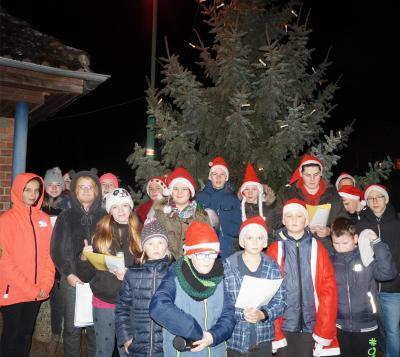 Kinder des Jugendclubs sangen Weihnachtslieder beim Baumanzünden in Göhlen