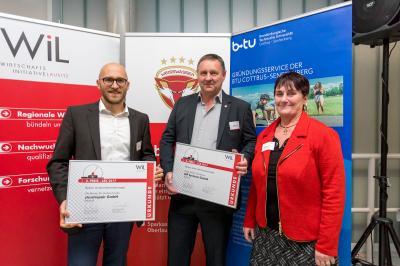 OSL-Wirtschaftsförderin Bärbel Weihmann gratuliert Ole Renner (li.) und Holger Müller aus Ruhland zum 2. bzw. 3. Platz