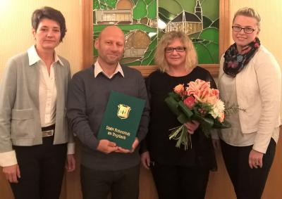 (v.l.) Bürgermeisterin Kerstin Schöniger, Hans-Jörg Schmidt, Kita-Leiterin Kathrin Unger und Julia Eichmann, Leiterin der Sparkassen-Filiale Rodewisch