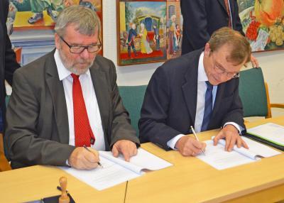 Historischer Moment: Hans-Joachim Laesicke und Prof. Dr.-Ing. Hans-Heinrich Witte unterzeichnen die Absichtserklärung.
