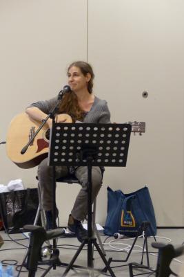 Brit Chameroy, Sängerin und Liedermacherin bei Ihrem Auftritt bei der Jahresabschlussfeier des Kulturtreffs am 28. November 2017.